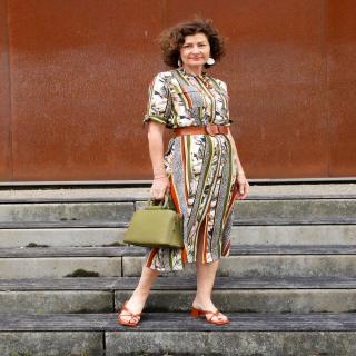 Petite couture du dimanche : une robe cousue par Barbara alias @bee_made ! ✨  Barbara a utilisé le patron de la robe chemise Naïs créé par @ma_petite_fabrique et @e_mily_couture pour mettre en avant cette viscose au motif tropical urbain !   Une vraie tenue de working-girl ! 😍  #robenaïs #couture #passioncouture #coutureaddict #jecoudsmagarderobe #cousumain #jeportecequejecouds #instacouture #tissuaddict #sewing #isewmyownclothes #imademyclothes #sewingaddict #cousette #jecoudsdoncjesuis