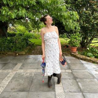 Petite couture du dimanche, réalisée par Yvonne cliente du magasin, pour faire venir le soleil !! 😅  Yvonne a craqué pour une robe dans un magazine, alors ni une ni deux, elle a mixé plusieurs patrons et a reproduit le même modèle avec une petite viscose fleurie du magasin !  On est faaaaaan ! 😍  #tissuviscose #jeportecequejecouds #passioncouture #jecoudsdoncjesuis #instacouture #coutureaddict #sewing #sewinglove #cousumain #coutureaddict #jecoudsmagarderobe #tissuaddict #isewmyownclothes #imademyclothes #sewingaddict #cousette #summeriscoming