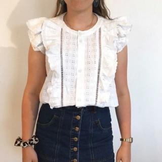 Petite couture du dimanche : un petit haut réalisé avec de la broderie anglaise ! ✂ - Emilie a utilisé un patron du magazine @burda_style du mois de Juin, 1,75 m de tissu & un peu de galon ! ✨ - On surkiffe et vous ? 😍 - #burdastyle #blouse122 #imakemyclothes #burdastylefr #jeportecequejecouds #broderieanglaise #coutureaddict #broderieanglaiseaddict #passioncouture #sewingaddict