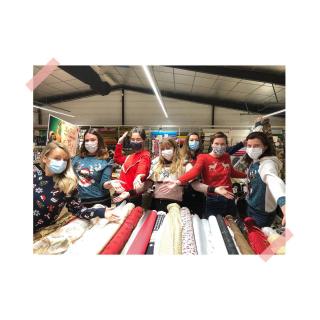 Toutes les Léontines vous souhaitent un joyeux Noël ! 🎄🎅🏼✨  On espère que tous vos cadeaux DIY feront des heureux & que vous aurez plein de cartes cadeaux Léontine au pied du sapin ! 🎁 😅  Le magasin fermera exceptionnellement à 18h00 ce soir (bah oui nous aussi on a trop hâte d'ouvrir nos cadeaux 🙈).   Profitez à fond de ces beaux moments ! 😘  #joyeuxnoel #merrychristmas #joyeusesfetes #fetesdefindannee #team #aufildeleontine #love