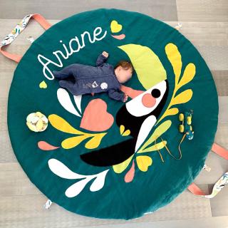 Petite couture du dimanche : un tapis d'éveil nomade facile à coudre ! 😍  Marie a utilisé du coton uni, un coton à motif, de la ouate et des boutons pression. Elle a dessiné elle-même le toucan et a cousu les pièces sur le tapis ! 🌿  C'est trop beau non ?! ✨  Retrouvez gratuitement le tuto de ce tapis d'éveil nomade sur notre site internet !! 😉  #AFDLtapisdeveil #tapisdeveil #tutocouture #diy #tuto #couturefacile #couturedebutant #tapiseveil #passioncouture #instacouture #jecoudspourbebe #couturebebe #tutocouturegratuit #sewingaddict #coutureaddict #tutocouturegratuit #tutocouturefacile