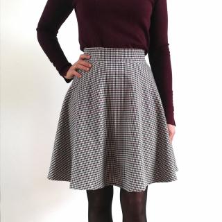 Petite couture du dimanche qui donne des idées de tenues pour les fêtes ! 🤩🎄  Delphine s'est cousu une jupe avec un tissu tartan beige noir et bordeaux (de retour en stock au magasin et sur le site 🎉).  Elle s'est inspirée d'une vidéo Youtube, mais si vous avez vraiment envie de vous en coudre une, le patron I AM Cindy y ressemble fortement ! 🥰   #couturedudimanche #couturedebutant #iampatterns #iamcindy #coutureaddict #jeportecequejecouds #jecoudsdoncjesuis #instacouture #jecoudsdoncjesuis #passioncouture #tissusaddict #tartan #tissutartan