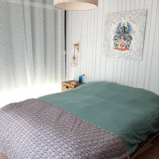 Petite couture du Dimanche : objectif je relook ma chambre avec une nouvelle housse de couette !!!🌺🌞 Réalisée en lin lavé sur la partie bleue grisée, popeline de coton fleurie, et toile à drap rose poudrée. Et pour une finition au top, je glisse un petit passepoil cuivré pour la jonction des matières...  Vous aimez ? Très bon dimanche à toutes et tous !!!🥰 #petitecouturedudimanche #aufildeleontine #jecoudsdoncjesuis