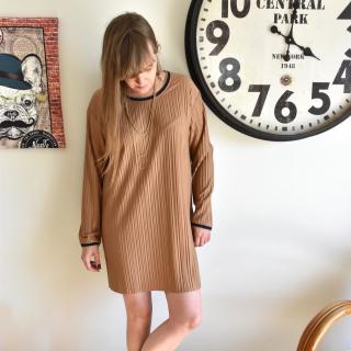 Petite couture du dimanche avec une des dernières nouveautés 👉 du tissu plissé ! 😍✂  Antonine a utilisé le patron Burda 6126 mais l'a complétement retravaillé à sa sauce !! 🤣  Elle a resserré les manches, rajouté du bord-côte à l'encolure et aux poignets et n'a pas fait d'ourlet en bas de la robe puisque ce tissu le permet !!   On adore ce look féminin et décontracté !! 👍  #couture #tissuplissé #passioncouture #coutureaddict #plissé #jecoudsmagarderobe #cousumain #jeportecequejecouds #isew #tissuaddict #sewing #isewmyownclothes #imademyclothes #sewingaddict #cousette #jecoudsdoncjesuis #instacouture #burda6126 #burda #faitmain #patronrobe #cousumain