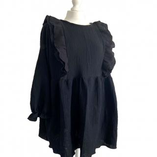 Petite couture du dimanche : une robe réalisée par @lescousettesdudimanche en double gaze noire ! 😍   Noémie a craqué pour ce modèle de robe et a eu envie de le reproduire. Elle a utilisé 2,5 m de double gaze et le patron « Terrible Two » de @delphinemorissette   Alors challenge réussi ou pas ? Nous on valiiiiide ! 👏   #hacksaaj #couture #coutureaddict #saajlike #passioncouture #handmade #cousumain #imakemyclothes #handmade #cousumain #sewingaddict #jecoudspourmoi #jeportecequejecouds #cousette #instacouture #coutureaddict #jecoudsmagarderobe #delphineetmorisette #robeterribletwo #terribletwopattern