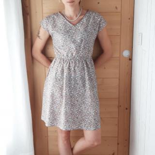 On commence la semaine en beauté avec cette petite robe réalisée par Mélanie ! 😍✂️  Patron 👉🏼 robe du livre Dressed de @deer_and_doe_patterns (modifiée avec un col V devant et derrière, brodé d'une petite dentelle au col et sur les poches).  Tissu 👉🏼 coton à fleurs (dispo sur notre site).  Bon lundi ! 😘  #dressedlarobe #dressedlelivre #jeportecequejecouds #instacouture #jecoudsdoncjesuis #deeranddoe #couture #coutureaddict #cousumain #instasew