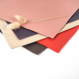 Mamamilllla du cuir haute couture vient d'arriver chez Léontine à 29,90 € la pièce d'environ 2 m² !! 😱🥰  Et bonne nouvelle… les coupons de 50 cm x 50 cm sont disponibles en magasin ET sur le site internet (⚠ stock TRÈS limité !!).  Matière très noble pour la couture de sacs, la réfection de fauteuils, la sellerie, etc. Des intéressé(e)s ? 🙋♀  #couturecuir #cuir #maroquinerie #decocuir #coutureaddict #couturesac #sacencuir #passioncouture #jecoudsdoncjesuis #cuiraddict #jecoudsmesaccessoires #accessoirecuir #jecoudsmessacs
